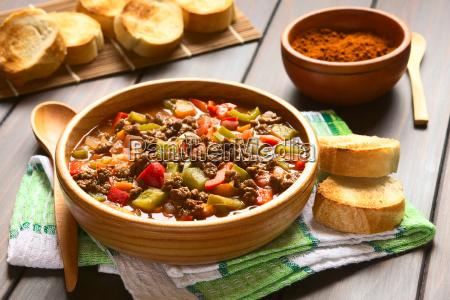 vegan gulasch mit sojabohnenoel fleisch