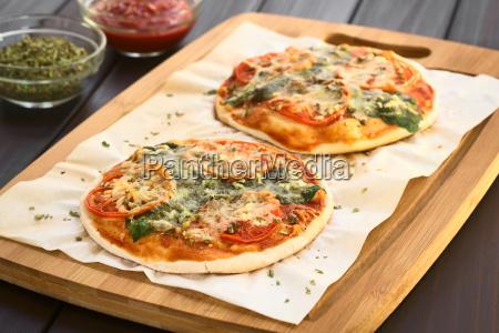 spinat und tomaten pizza