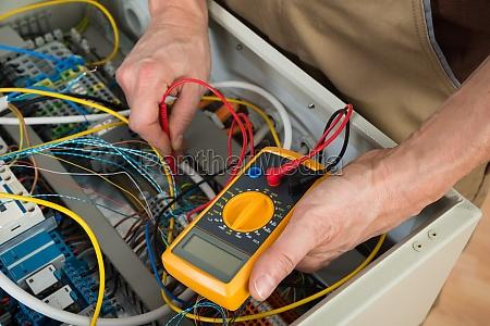 elektriker ueberpruefung eines sicherungskasten