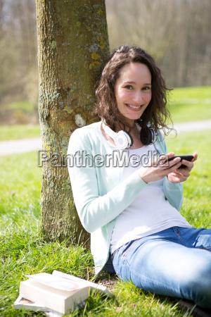 junge attraktive frau realxing im park