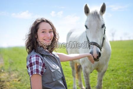 portrait einer jungen attraktiven veterinaer in