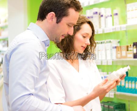 attraktive apotheker beratung eines patienten