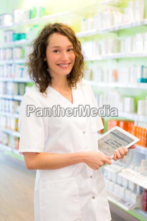 attraktiver apotheker der tablette bei der
