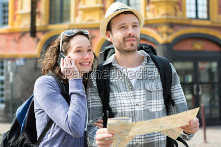 paare der jungen attraktiven touristen beobachten