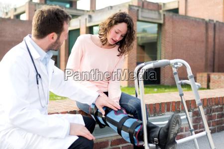 doktor zeigt reedukation tipps auf tablette