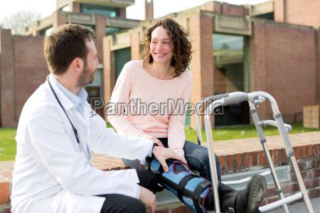 doktor zeigt umerziehung der spitzen auf