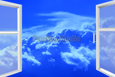 fenster zu malerischen weissen wolken geoeffnet