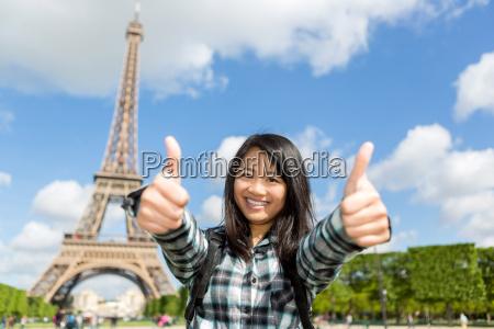 junge attraktive asiatische touristen geniessen ihre