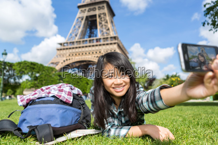 junge attraktive asiatische touristen in paris