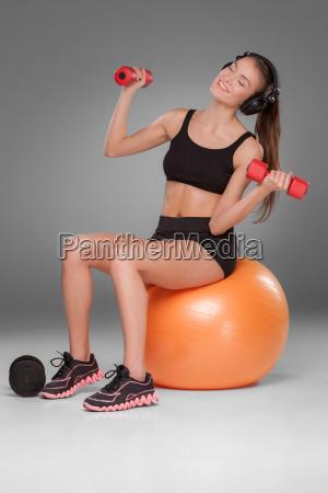 sportlich frau macht aerobic uebungen