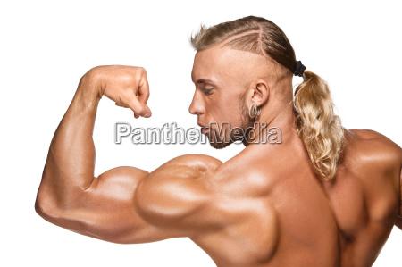 attraktiver maennlicher bodybuilder auf weissem hintergrund