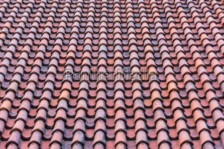 dach mit roten dachziegeln