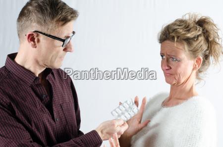 chef gibt medikamente an mitarbeiterin