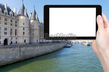 touristen fotografieren conciergerie palast in paris