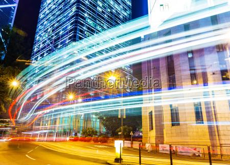auto lichtspuren und stadtlandschaft in hong