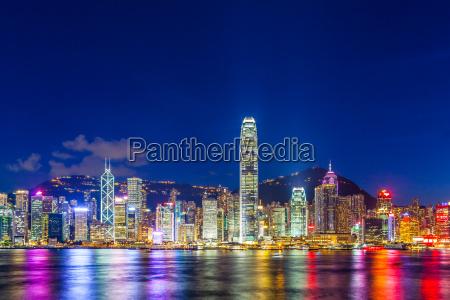 hong kong stadt bei nacht beleuchtet
