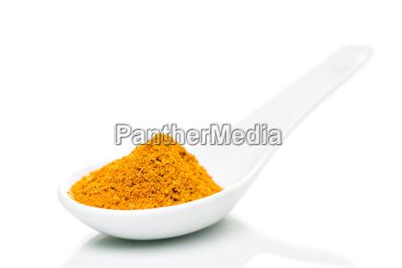 curry pulver auf porzellan loeffel