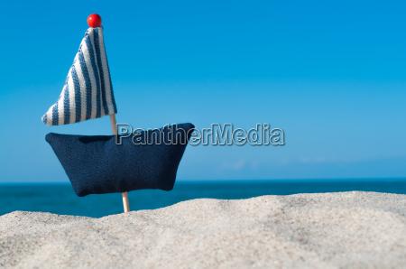 kleines segelboot am meer selbstgenaeht aus