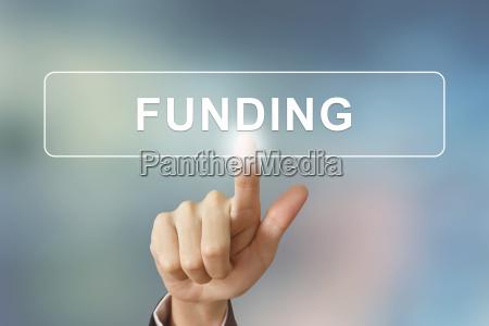 business hand klicken finanzierungstaste auf verschwommenen
