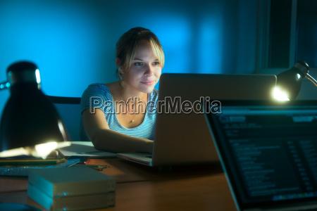 frau schriftlich auf soziales netzwerk mit