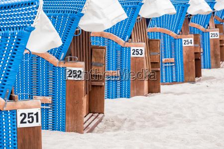 sillas de playa en la costa