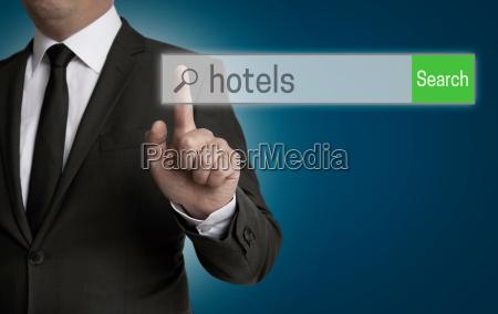 hotel browser wird von geschaeftsmann bedient
