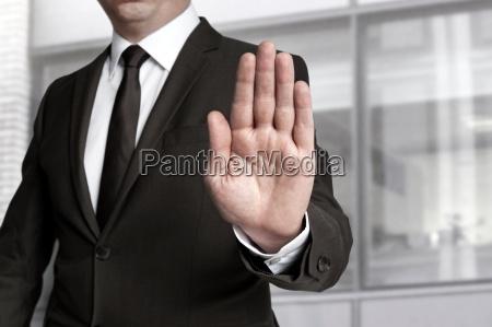 hand stop wird von geschaeftsmann gezeigt