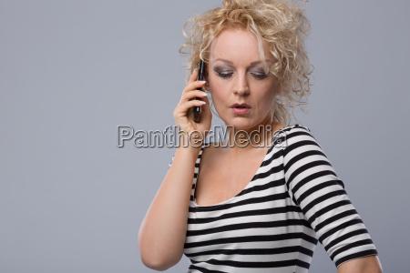junge frau telefoniert emotional