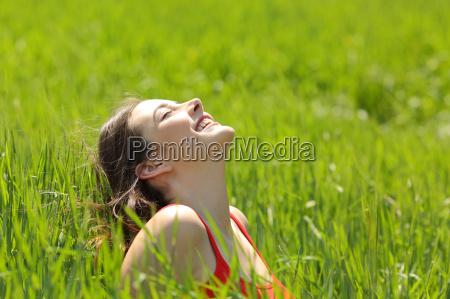 glueckliches maedchen gesicht atmen frische luft