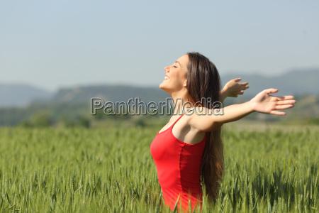 frau atmet tief die frische luft