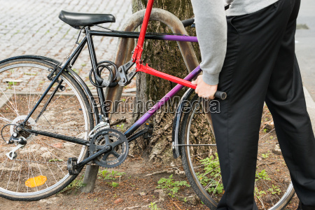 dieb breaking the bicycle lock