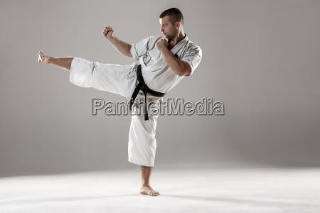 mann im weissen kimono karate training