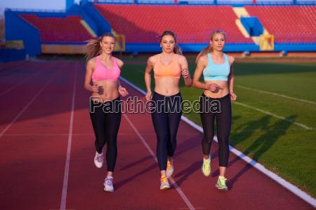 leichtathletik gruppe auf leichtathletik rennstrecke