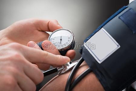 arzt ueberpruefung blutdruck eines patienten