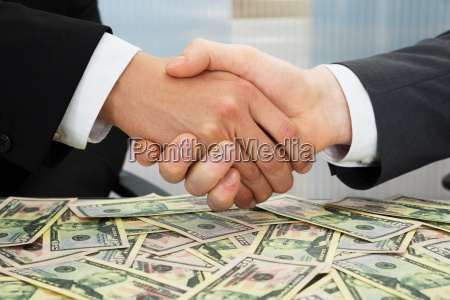 businesspeople shaking hand