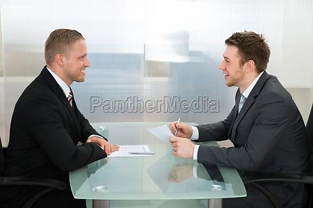 geschaeftsmann durchfuehrung einer beschaeftigung interview
