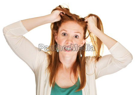 veraergerte frau zieht ihr haar