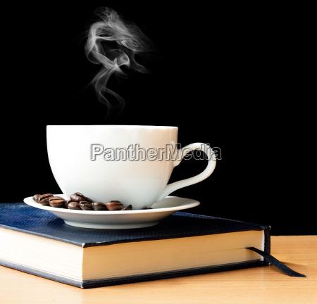 heisser kaffee und rauch in der