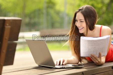 schueler mit einem laptop lernen in