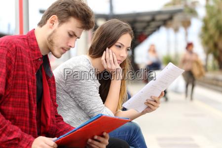 zwei studierende warten transport in einem