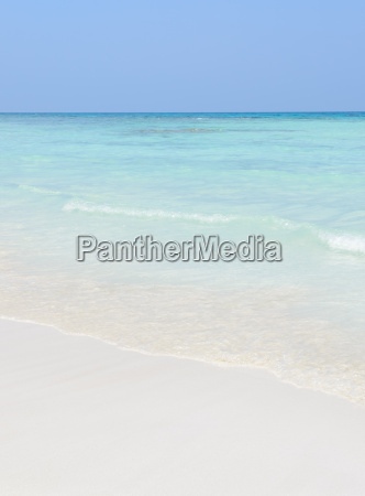 weisser sandstrand und kristallklarem wasser