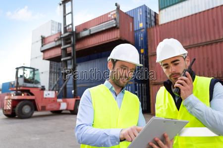 hafenarbeiter und aufsichtsbehoerde pruefen containerdaten