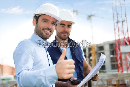 ingenieur und arbeiter auf der baustelle