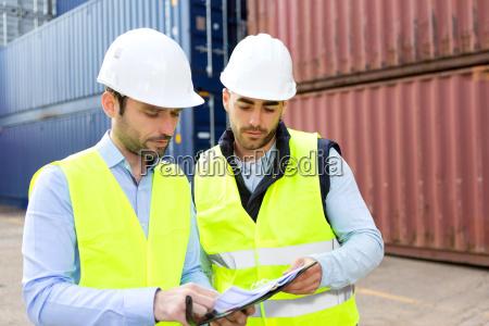 hafenarbeiter und supervisor ueberpruefung container daten