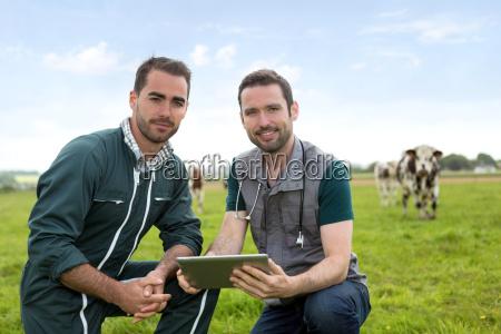farmer und tier arbeiten gemeinsam in