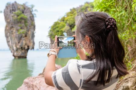 frauen touristischen dreharbeiten natuerliche ansicht mit