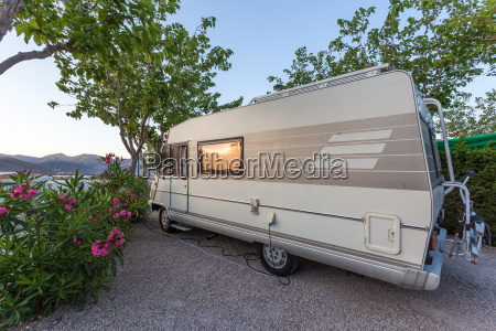 mobilheim auf einem campingplatz in spanien