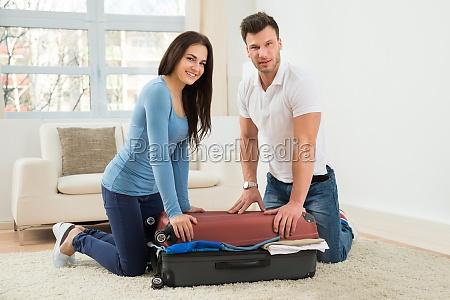 paare die versuchen koffer mit zu