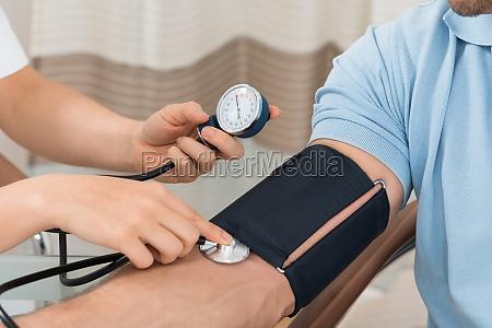doktor messung des blutdrucks maennlichen patienten