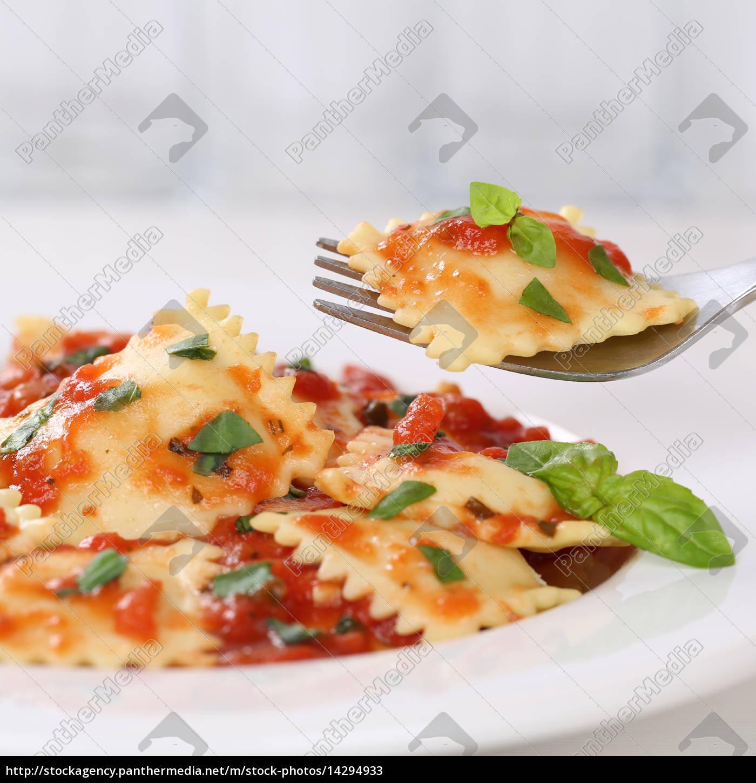 Italienische Küche Ravioli essen mit Tomaten Sauce - Lizenzfreies ...